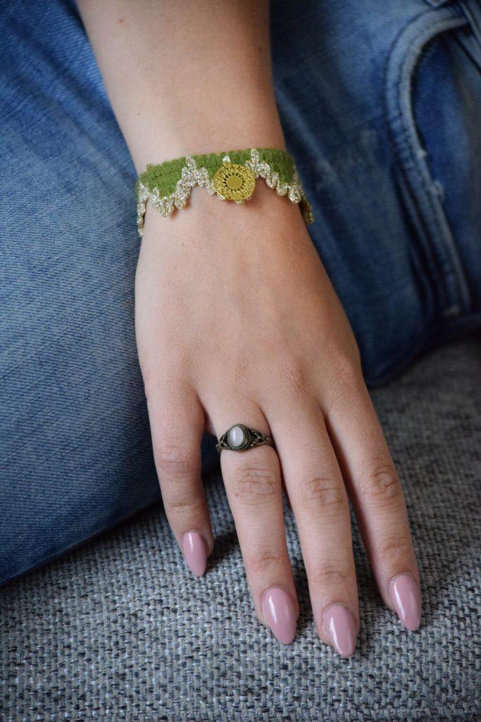 Groen armbandje van vintage meubelband met gouden bedel
