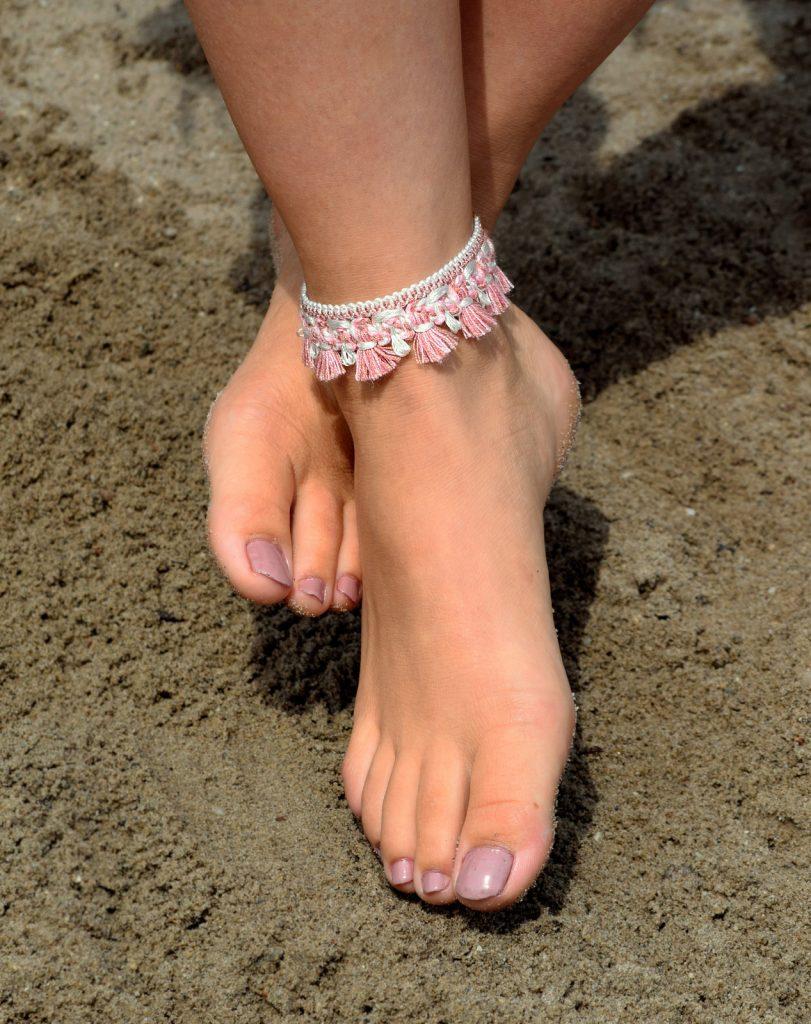 Roze enkelband met kwastjes