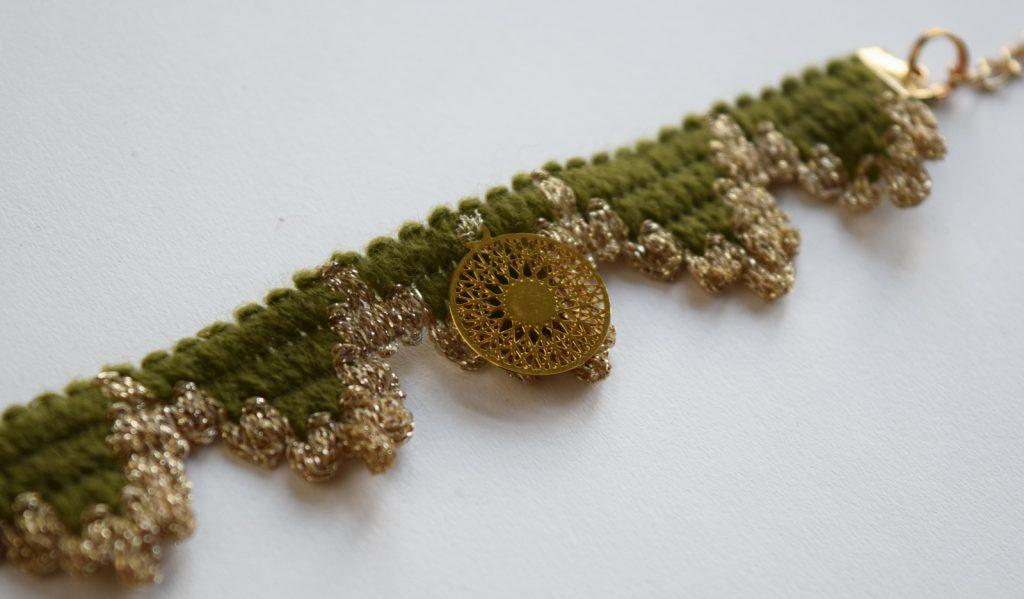 Armbandje van groen meubelband met gouden bedel