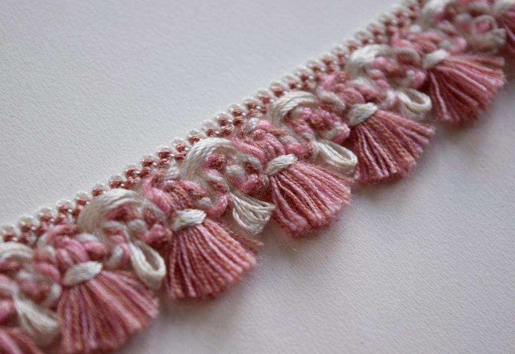 Wit met roze enkelbandje van oud meubelband met kwastjes