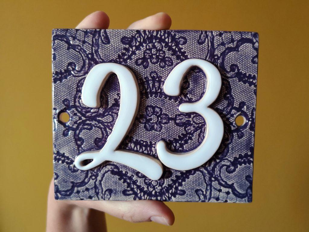 Handgemaakt huisnummerbord paars. Nummer 23.