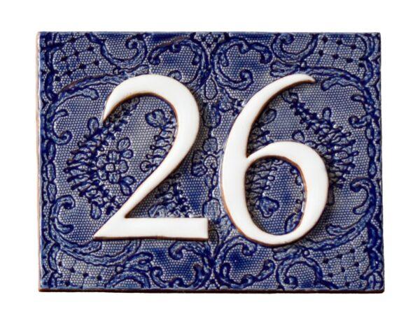 Handgemaakt keramisch huisnummerbord blauw, nummer 26. Gedecoreerd met kant.