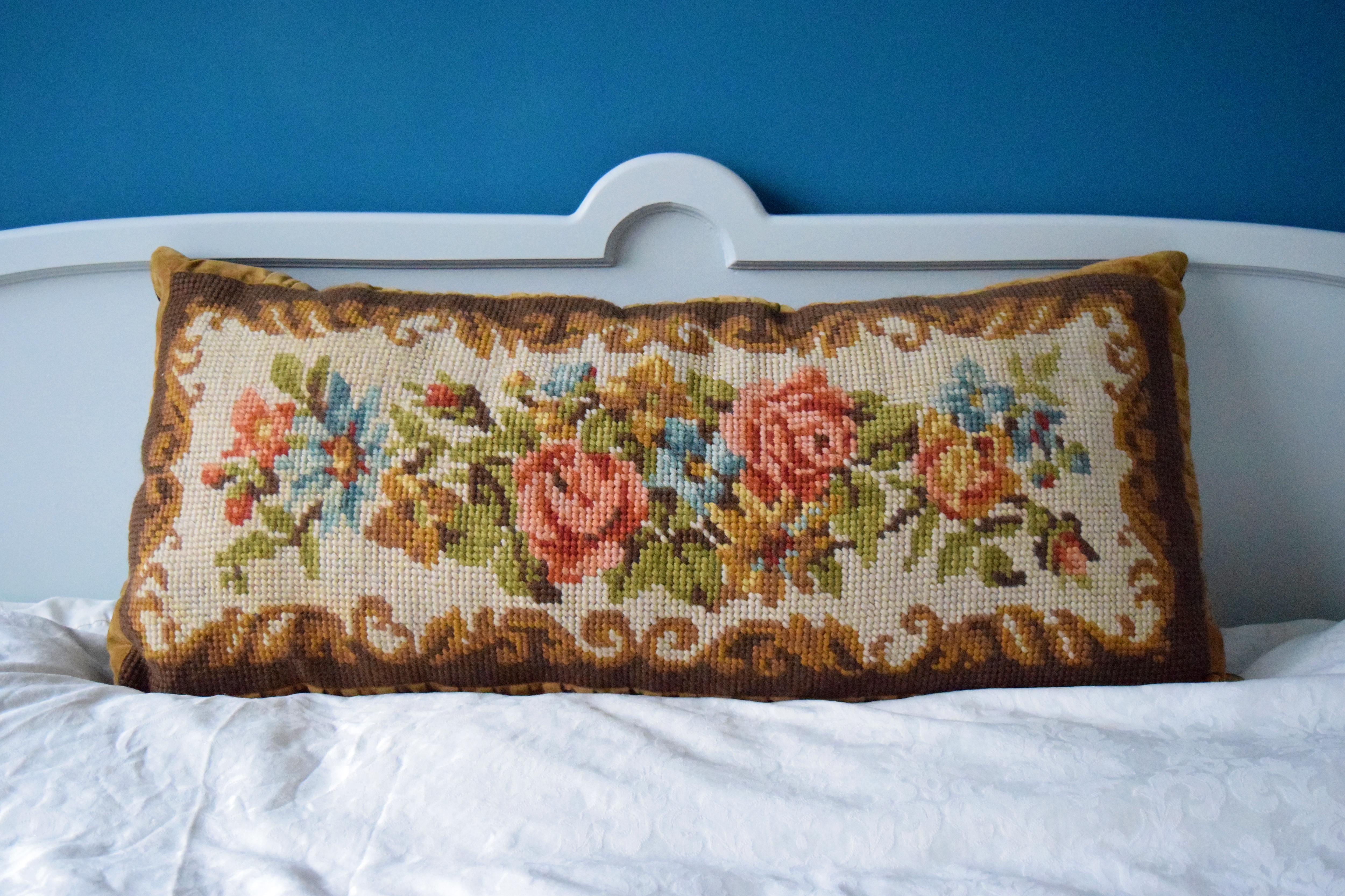 Vintage Barok Bankje.Verkocht Groot Vintage Geborduurd Kussen Met Blauwe Bloemen En