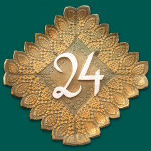 Huisnummerbord 24 in groen en goud