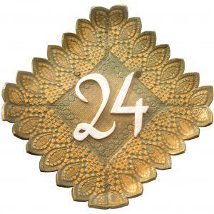 Handgemaakt huisnummerbord nummer 24 in leger groen met goud