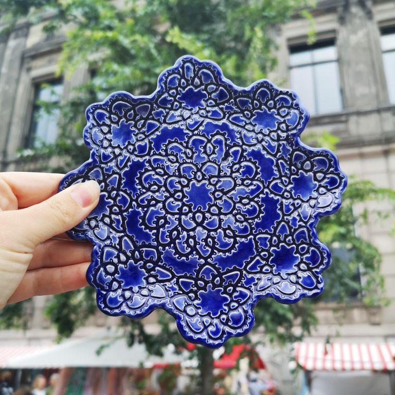 Blauwe schaal, handgemaakt dmv afdruk kanten kleedje en diep blauw glazuur.