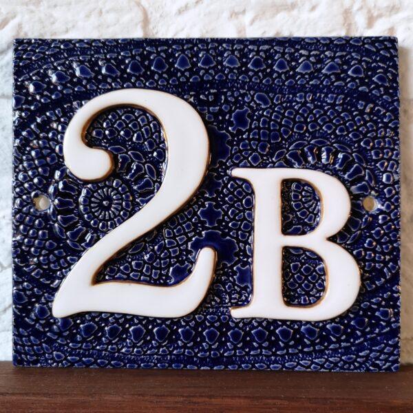 Handgemaakt keramisch huisnummerbord blauw, nummer 2 B.