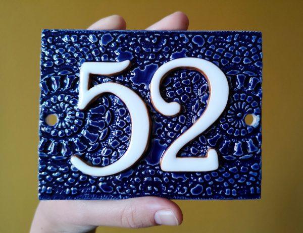 Handgemaakt keramisch huisnummerbord blauw, nummer 52.