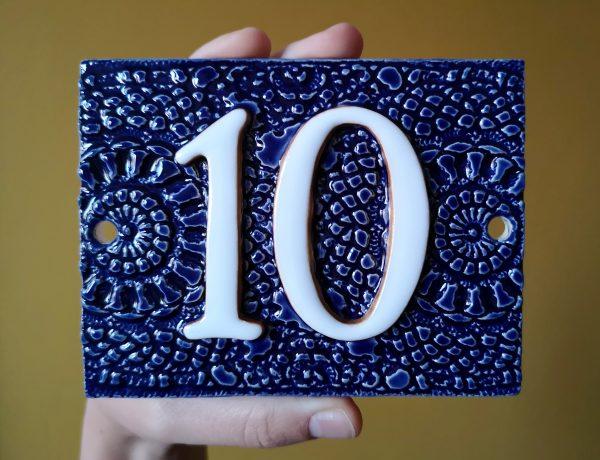 Handgemaakt keramisch huisnummerbord blauw, nummer 10.