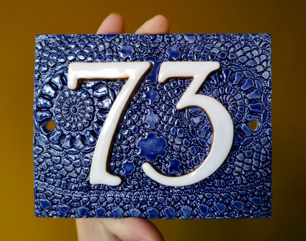 Handgemaakt keramisch huisnummerbord blauw, nummer 37.