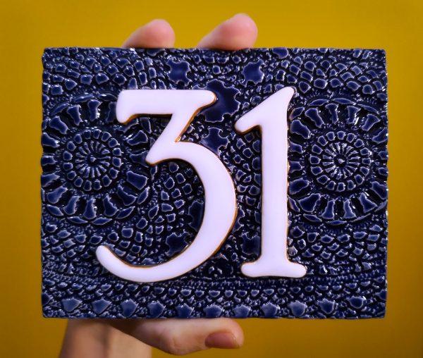 Handgemaakt keramisch huisnummerbord blauw, nummer 31.