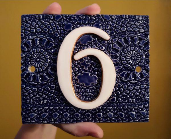 Handgemaakt keramisch huisnummerbord blauw, nummer 6.