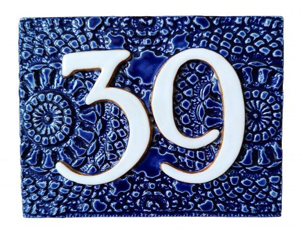 Huisnummer 39 met blauwe achtergrond