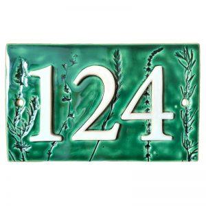 Huisnummer 124 botanisch in groen met afdruk van planten en bloemen.