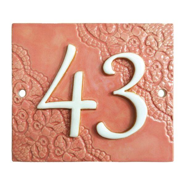 Huisnummer 43 roze met deels kant