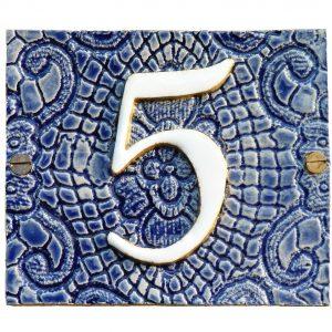 Handgemaakt keramisch huisnummerbord blauw, nummer 5. Gedecoreerd met kant.