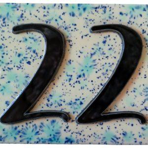Handgemaakt keramisch huisnummerbord roze met blauwe spikkels, nummer 22.