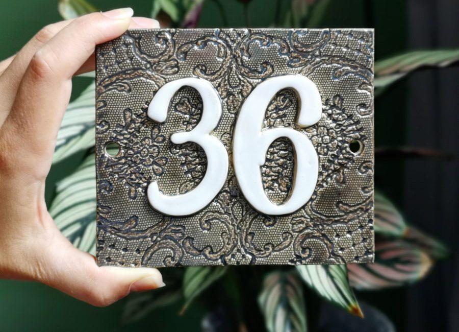 Huisnummer 36 brons