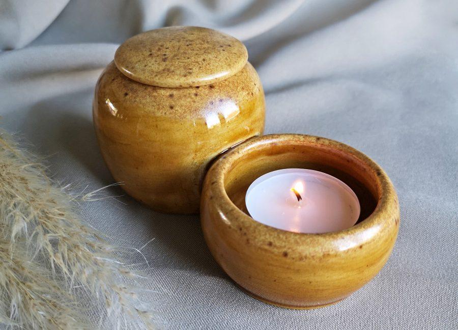 Persoonlijke urn, cognac bruin. Handgemaakt van keramiek met waxinelicht houder.